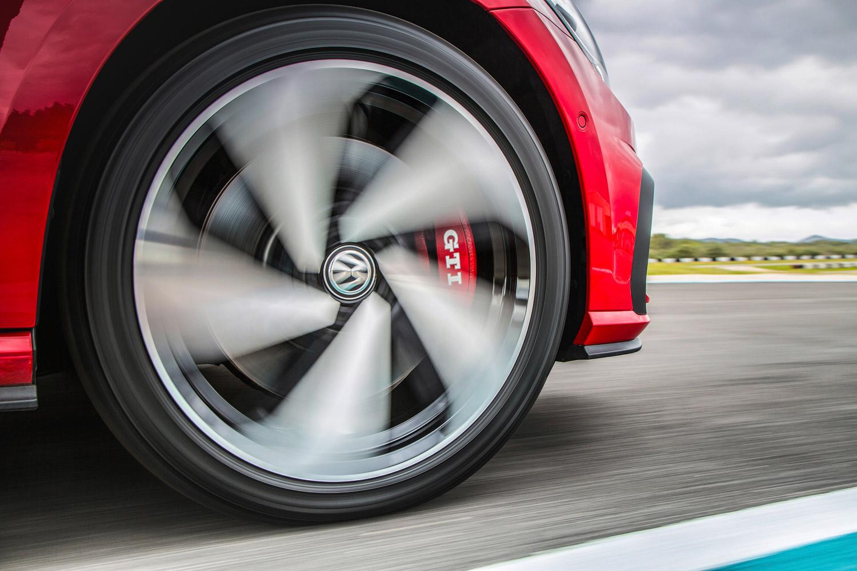 足まわりでは、フロントディファレンシャルロックや赤いフロントブレーキキャリパーが目を引くハイパフォーマンスブレーキも「GTIパフォーマンス」の特徴として挙げられる。