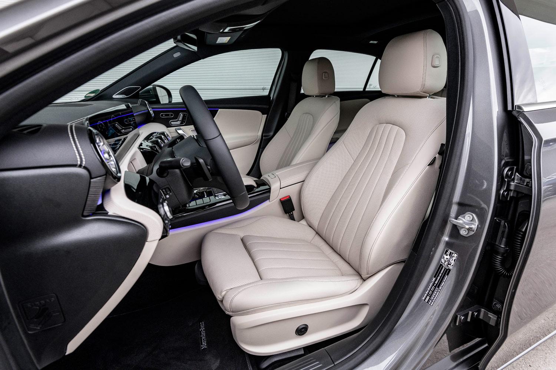 ボディーサイズの拡大やパッケージングの効率化などもあり、車内空間については前席、後席ともに従来モデルよりも頭上まわりや肩まわりのゆとりが増している。