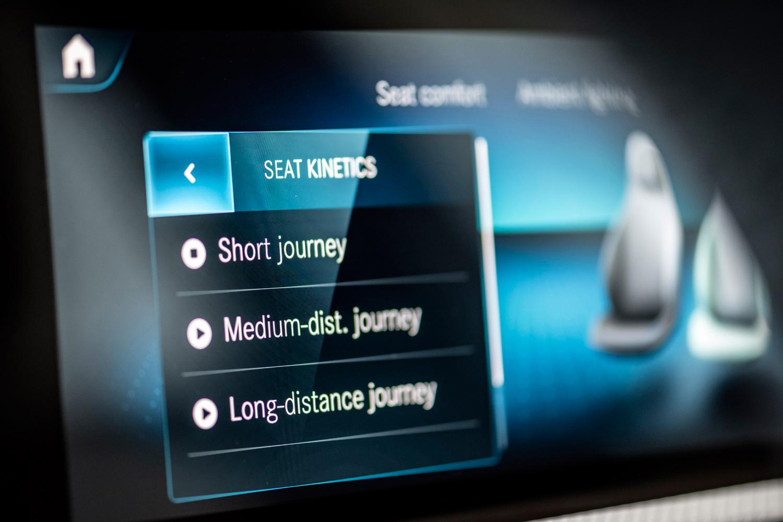 パワーシートには、移動距離に応じて自動で背もたれの角度などを調整し、乗員の疲労を軽減させる機能も用意される。