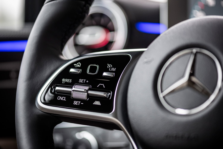 ステアリングホイールに備わる、操舵支援機構付きアクティブクルーズコントロールの操作スイッチ。充実した運転支援システムも、新型「Aクラス」の特徴として挙げられる。