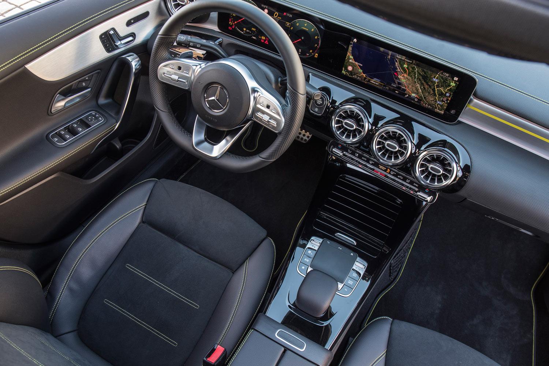 インテリアについても、各部に「エディショングリーン」のアクセントを採用。表皮に合皮とマイクロファイバーを用いたスポーツシートが装備される。