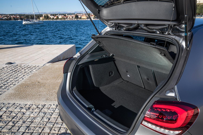 荷室容量は従来モデルより29リッター大きい370リッター。開口部の最大幅を20cm広げることで、積載性も向上している。