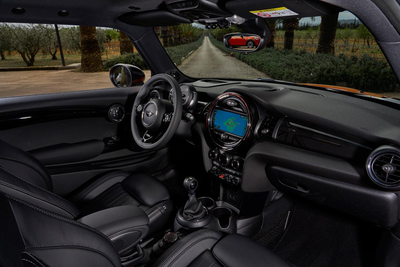 「3ドア」モデルの「クーパーS」のインストゥルメントパネルまわり。今回マイナーチェンジが施されたのは、MINIの「3ドア」と「5ドア」、今回試乗した「コンバーチブル」の3モデルである。