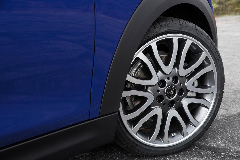 「クーパーS コンバーチブル」のタイヤサイズは205/45R17が標準。テスト車にはオプションで用意される18インチサイズのタイヤとホイールが装着されていた。