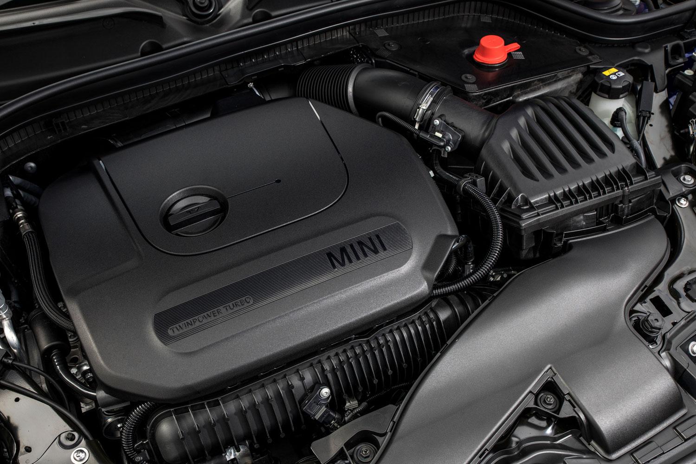 エンジンに関しては特に変更のアナウンスはない。「クーパーS」には最高出力192ps、最大トルク280Nmを発生する2リッター直4ターボが搭載される。