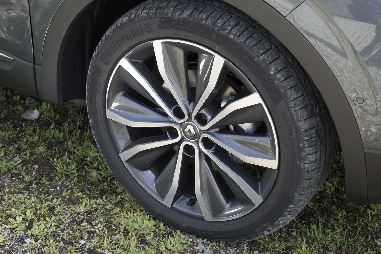 タイヤサイズは225/45R19で、テスト車にはコンチネンタルのスポーティータイヤ「コンチスポーツコンタクト5」が装着されていた。