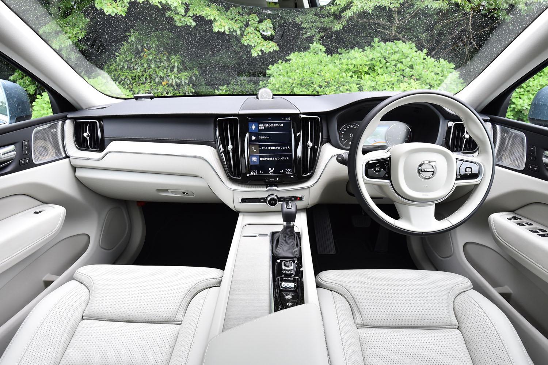 試乗車「XC60 D4 AWDインスクリプション」のインテリア。ドリフトウッドのパネル類をはじめ、素材へのこだわりがセリングポイントとなっている。