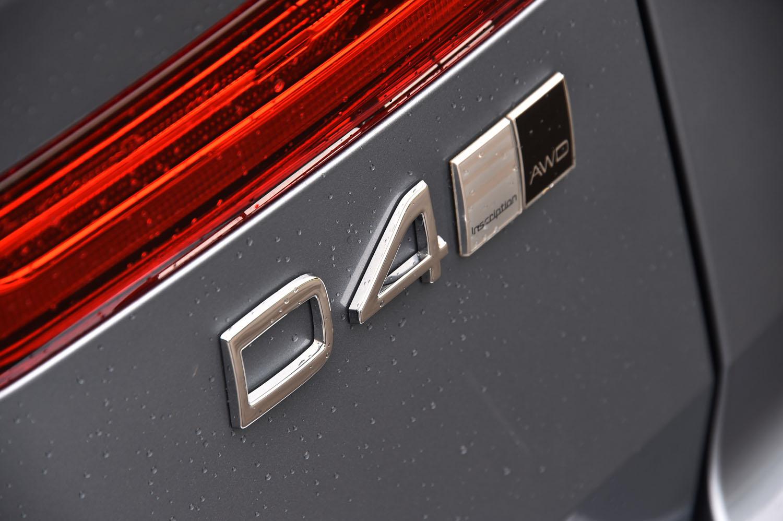 「ボルボXC60」には、ディーゼルエンジンを搭載する「D4」のほか、ガソリンターボの「T5」、ターボとスーパーチャージャーを併せ持つガソリン車「T6」。さらに、T6のユニットにモーターを組み合わせたプラグインハイブリッド車「T8」がラインナップされる。