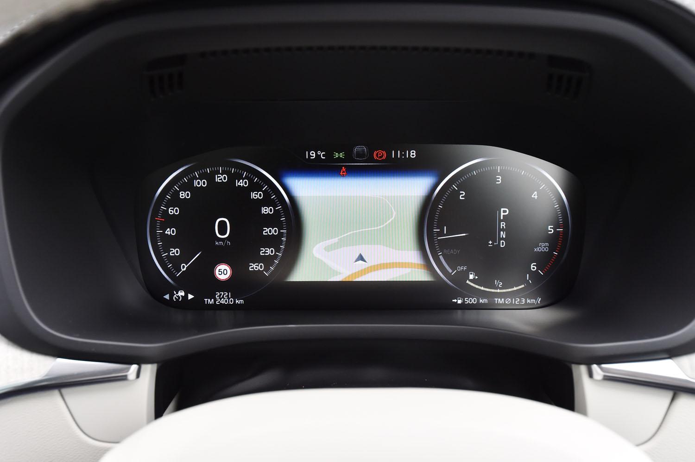 フル液晶タイプのメーターパネルには、燃費をはじめとする車両情報のほか、カーナビのマップなども表示できる。