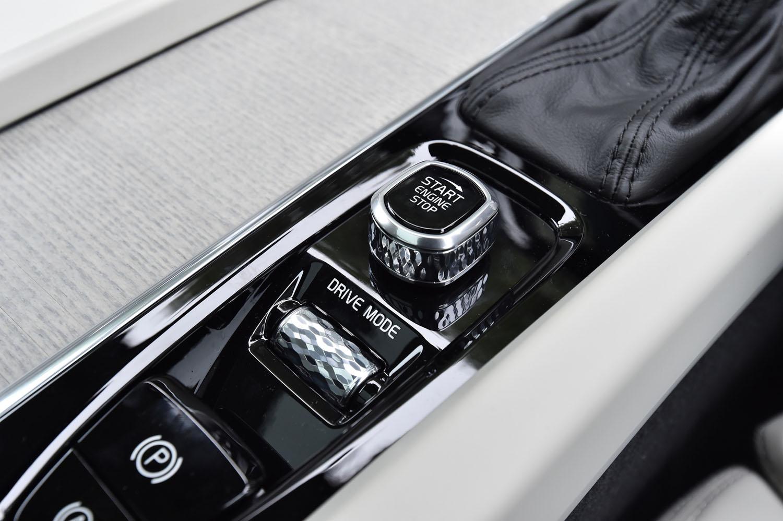 ノブをひねって操作する、「XC60」のエンジンスタートスイッチ(写真中央)。下方に見えるローラー状のものは走行モードのセレクターで、ロール&プッシュして使う。