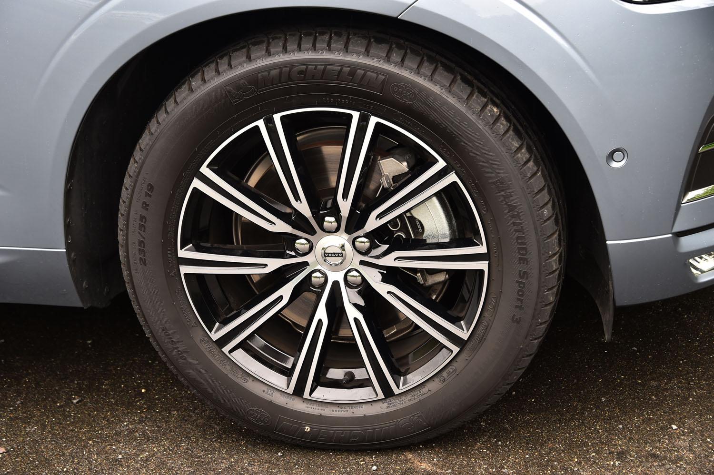 「XC60 D4 AWDインスクリプション」は、19インチの10スポークホイール(写真)を標準装備。試乗車はミシュランの「ラティチュードスポーツ3」タイヤを装着していた。