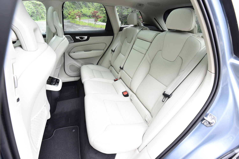 後席(写真)の背もたれは、60:40の分割可倒式。上級グレード「インスクリプション」には後席用のシートヒーターが備わる。
