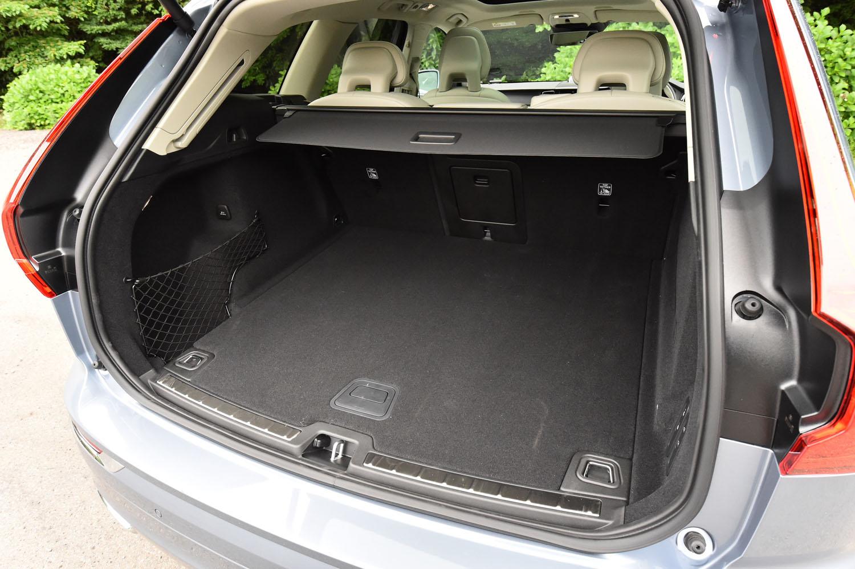 5人乗車時の荷室容量は505リッター。後席の背もたれを前方に倒すことで、最大1432リッターにまで拡大できる。