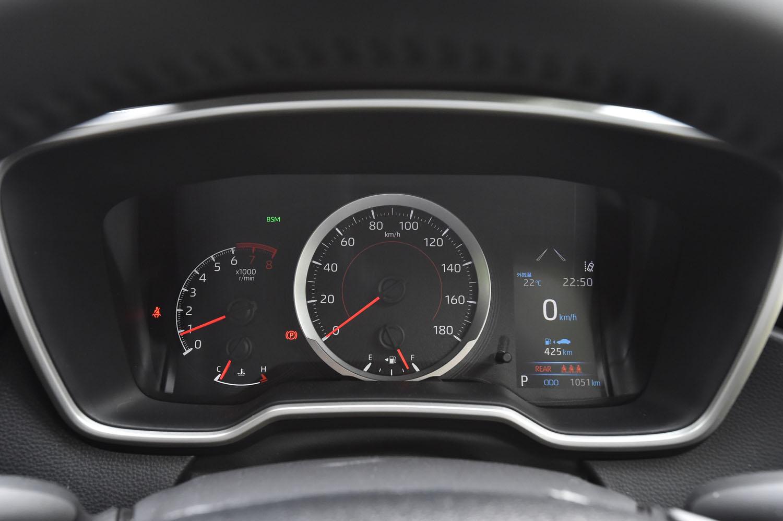 ガソリンエンジン車のメーターパネル。左から、エンジン回転計、速度計、マルチインフォメーションディスプレイが並ぶ。