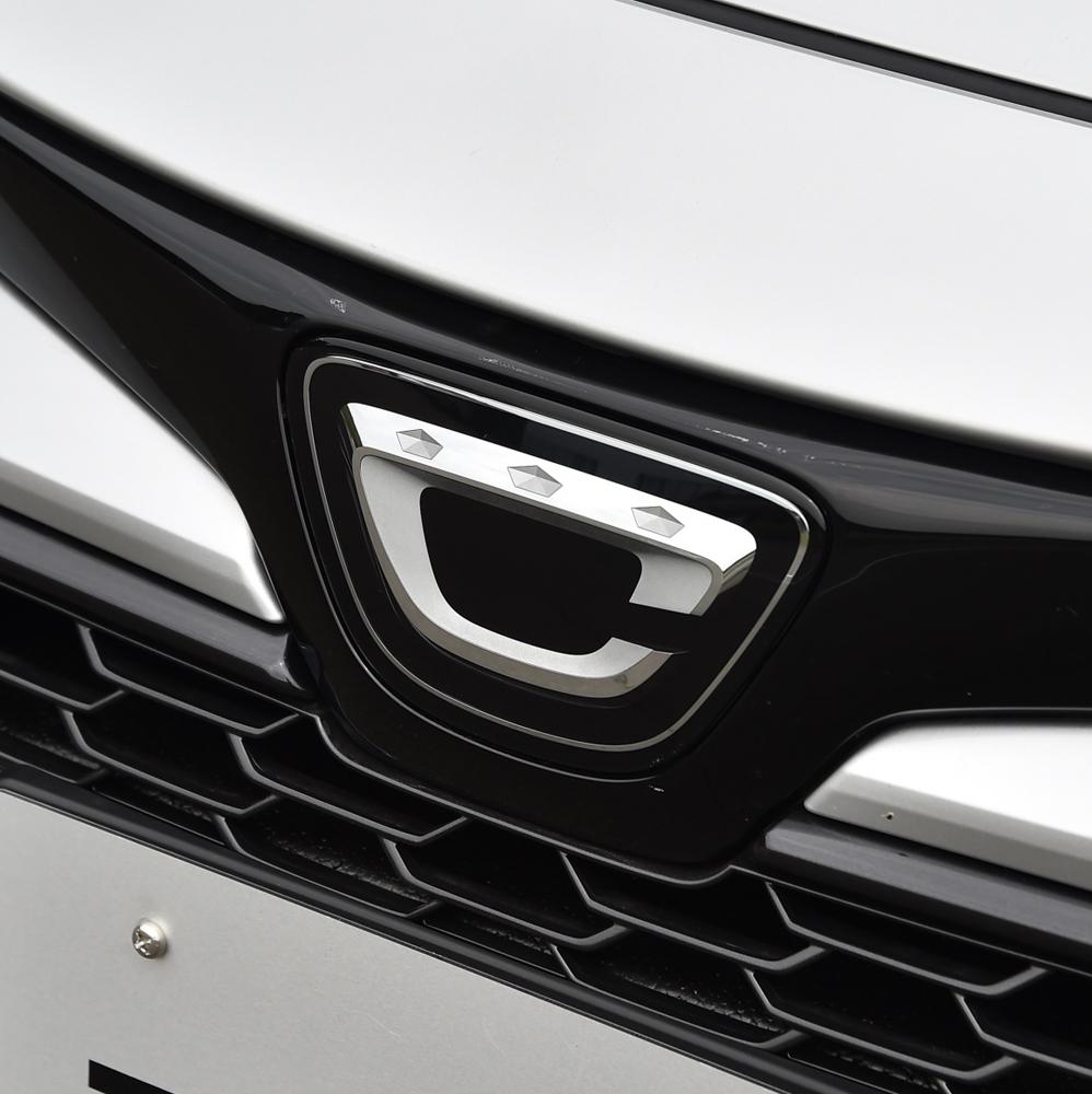花冠をイメージしてデザインされたエンブレム。これは国内仕様車に限って使われるもので、海外仕様車には「T」をかたどったエンブレムが装着される。
