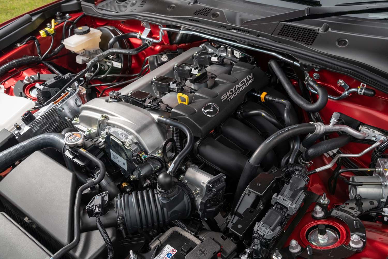 これまでは「アテンザ」と同等の仕様のまま搭載していた2リッター直4エンジンに、「ロードスターRF」に合わせたチューニングが行われた。結果として26psと5Nmアップの最高出力184ps、最大トルク205Nmのスペックを得ている。