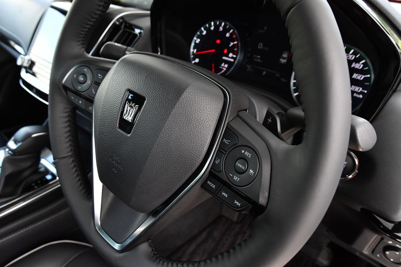 安全装備については全車、第2世代の「Toyota Safety Sense」を標準装備。ステアリングホイールの右側スポークに、その操作スイッチが備わる。