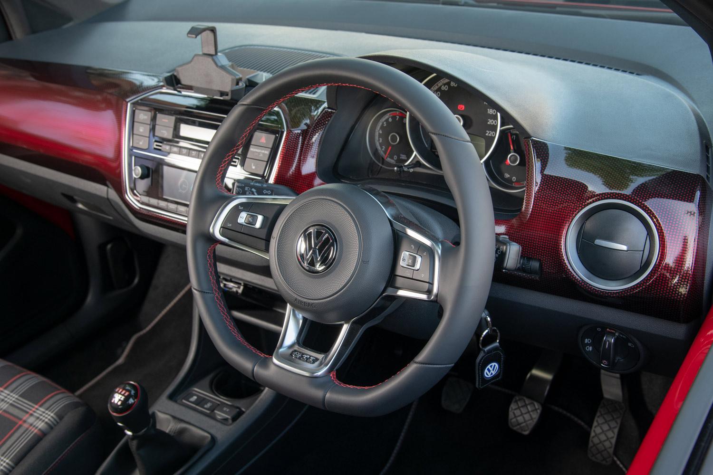 インテリアでは、各所に施された赤いアクセントカラーや、フラットボトムタイプの専用ステアリングホイールが特徴。ダッシュボードには、赤いドットをあしらうことでグラデーションを表わしたダッシュパッドが用いられている。