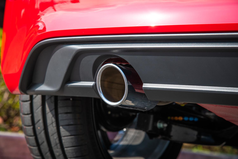 バンパー下部から顔をのぞかせるクロームエキゾーストパイプ。厳しくなる排出ガス規制に対応するため、「up! GTI」の排気システムには微粒子除去フィルターが装備されている。