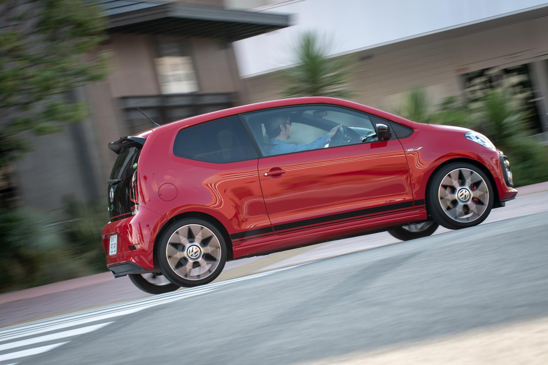 軽いボディーとパワープラントの効率のよさも「up! GTI」の特徴。燃費はJC08モード計測で21.0km/リッターとなっている。