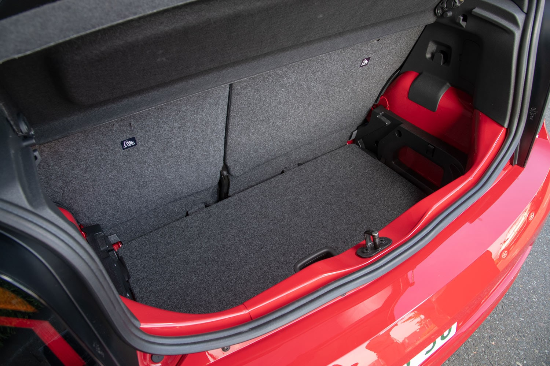 ラゲッジルームについては標準モデルから変更はない。容量は251リッターで、床面の高さを調整できるフロアボードが備わっている。