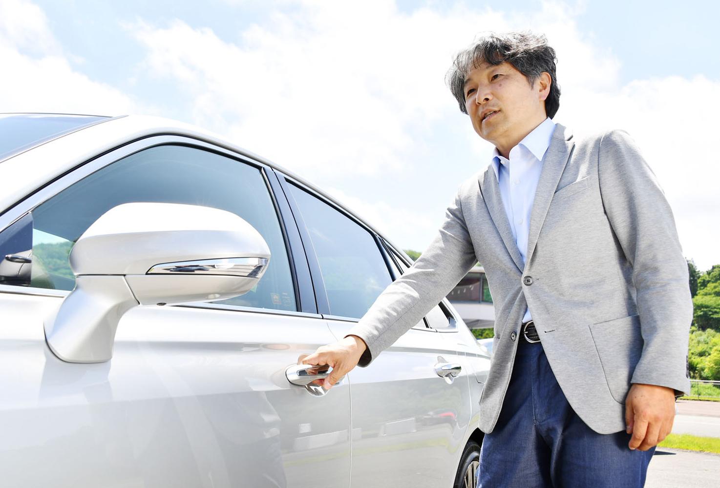 車両の傍らでハンドルバーのデザインについて語る國重さん。ドアそのものは、閉めた際の音の響き方まで考慮してデザイン・設計したという。