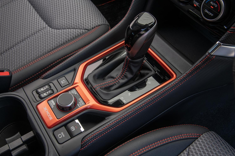 トランスミッションは全車でCVTを採用する。写真は「X-BREAK」のシフトセレクターまわり。