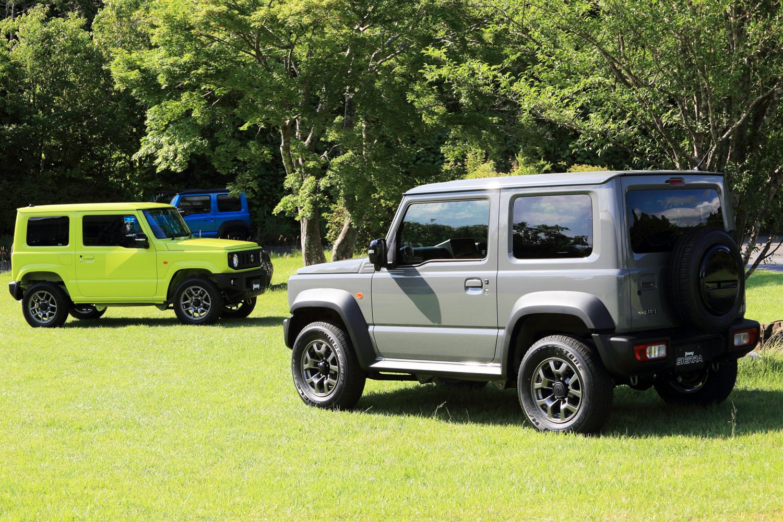 2018年7月に登場した新型「ジムニー」(左)と「ジムニーシエラ」(右)。これまでとは異なり、軽自動車のジムニーと、登録車のジムニーシエラが同時にデビューした。