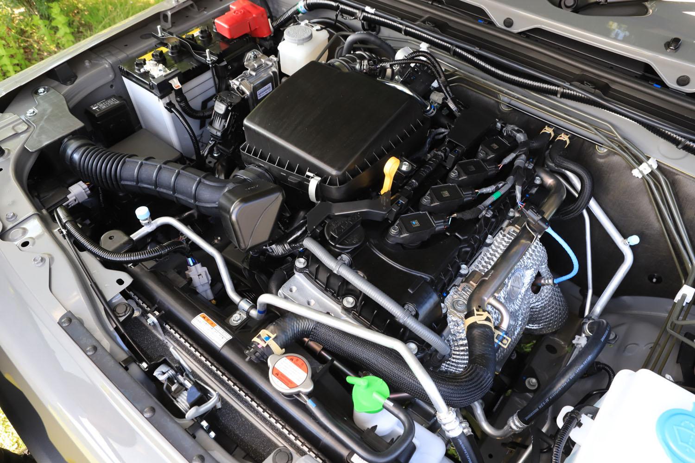 新型「ジムニーシエラ」に搭載されるK15B型1.5リッター直4エンジン。従来の1.3リッターエンジンと比べ、パワーアップと小型化、軽量化を同時に実現している。