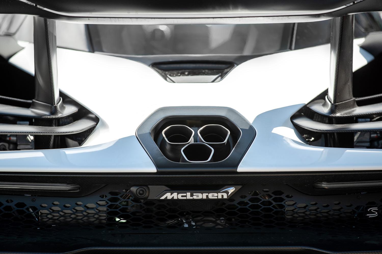 """レーシングカーよろしく上を向いた、""""スラッシュカット""""の3本マフラー。耐熱合金とチタンでできたエキゾーストシステムそのものは、空力を考慮して非常に低い位置でリアデッキを通っている。"""