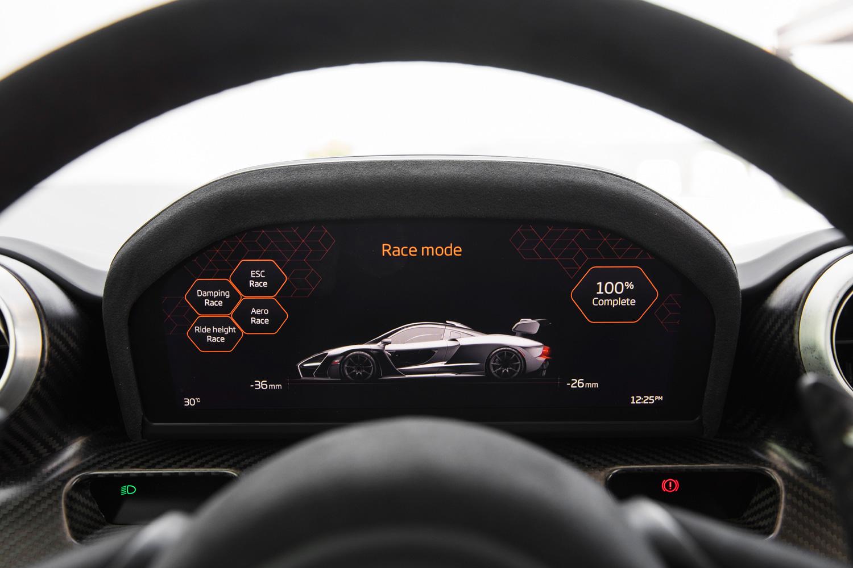 レースモードを選択すると、サスペンションの特性と可動式エアロパーツの制御が切り替わるだけでなく、車高もフロントで39mm、リアで30mmダウンする。