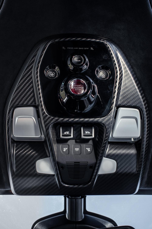 イグニッションスイッチやレースモードの選択ボタン、ドアウィンドウの昇降スイッチなどは、オーバーヘッドコンソールに配されている。