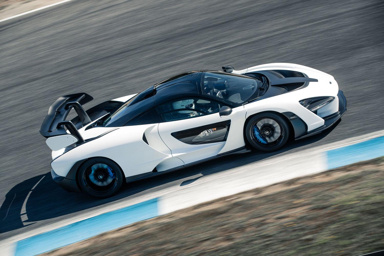 0-100km/h加速が2.8秒、最高速が340km/hという動力性能に加え、車速200km/hの状態から100mの距離で停止する制動力も「マクラーレン・セナ」の特徴として挙げられる。