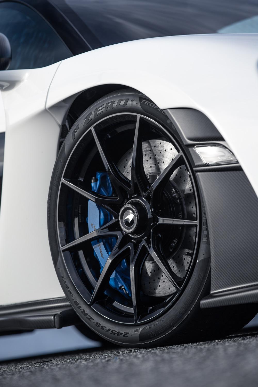 タイヤには、同車専用設計の「ピレリPゼロ トロフェオR」が採用されている。