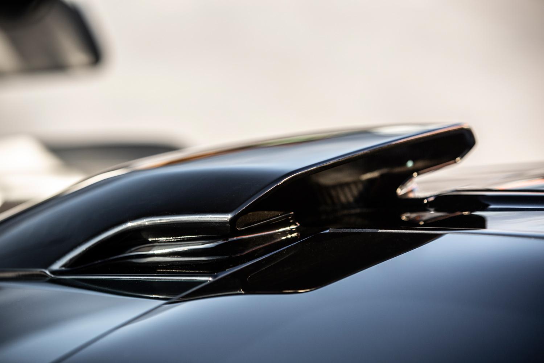 最高出力800psのエンジンに空気を届ける、シュノーケル型のエアインテーク。サーキット走行時にはごう音を生む勢いで空気を吸い込む。