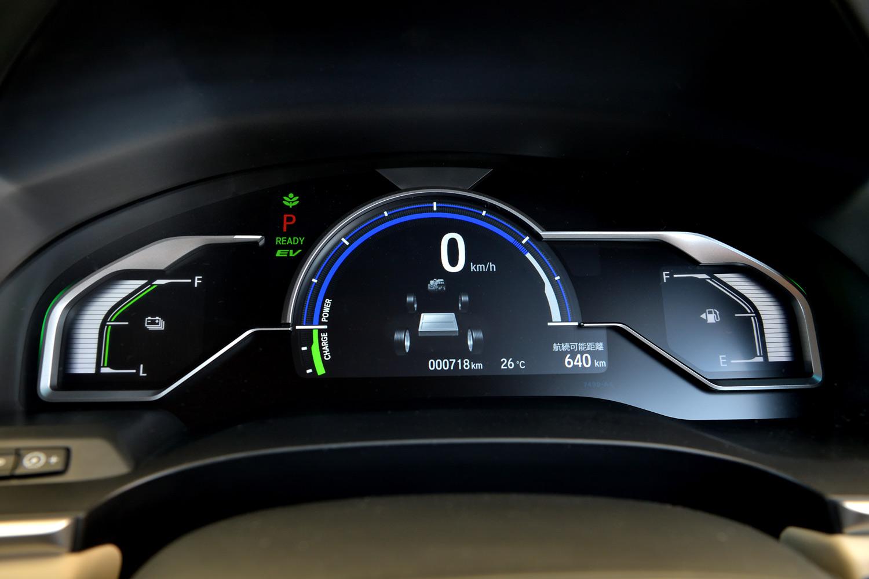 カラー表示のメーターパネル。中央にマルチインフォメーションディスプレイが、左端にはバッテリー残量計が、右端には燃料計が並ぶ。