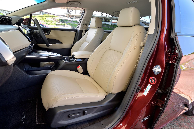 前席は、高めのシートバックとスリムなショルダーがデザイン上の特徴となっている。
