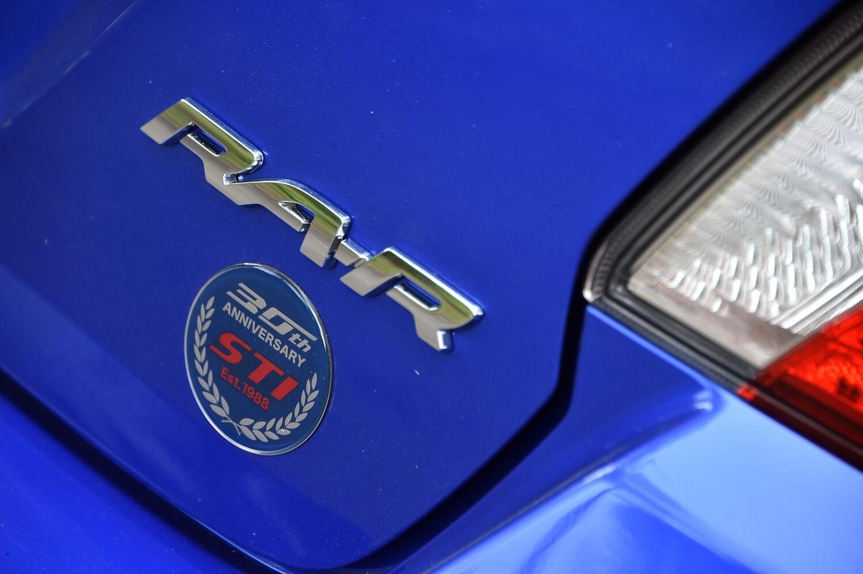 トランクフードを飾る「RA-R」のロゴ。その下には、STIの創立30周年を記念する専用バッジが貼られている。