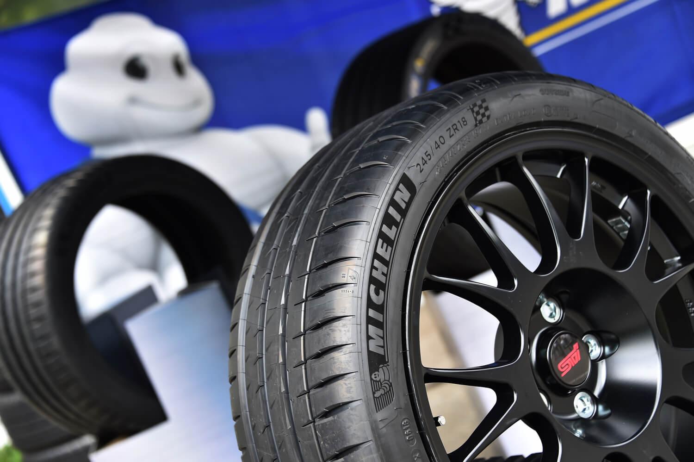 タイヤサイズは、「S207」「S208」のものより幅およびリム径の小さな245/40ZR18。「ミシュラン・パイロットスポーツ4S」が純正装着される。