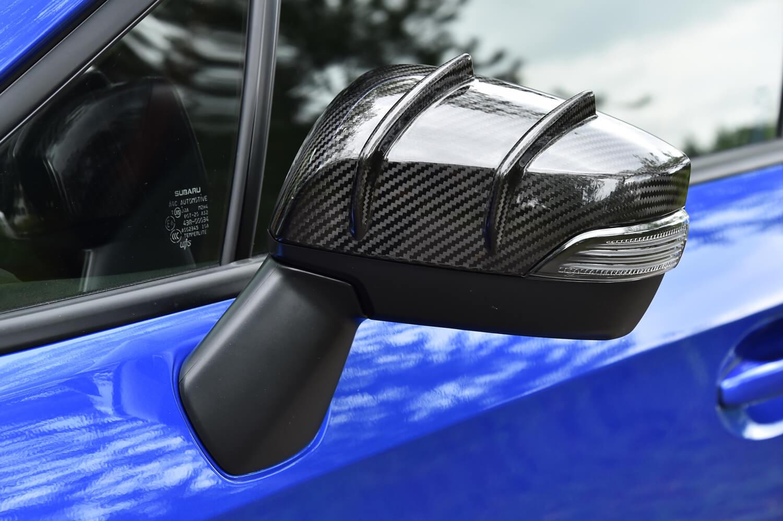 2本のフィンが施された意匠が特徴的な、ドライカーボン製エアロドアミラーカバー。ミラーまわりの空気をフィンに沿って上に流すことで、フロントリフトを4%低減させている。