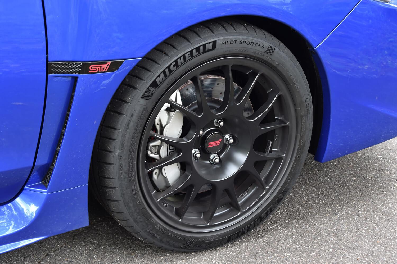 ブレーキは、前後ともブレンボ製のキャリパーとディスクローターに、STI製のパッドの組み合わせ。シルバーで塗装された、STIのロゴ入りキャリパーが目を引く。