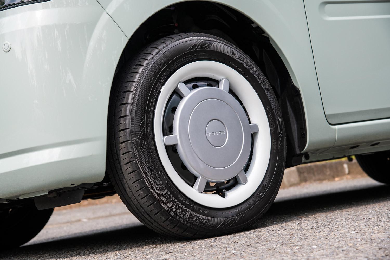 タイヤサイズは全車共通で155/65R14。ホイールはスチール製で、最上級グレードには「走行時にはリム部分がホワイトリボンのように見える」という、ユニークなツートンカラーのフルホイールキャップが装着される。