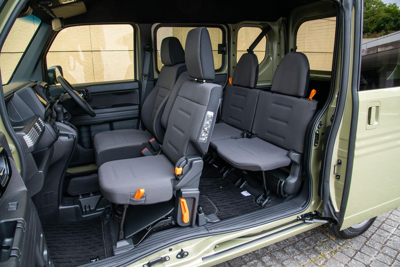 助手席と後席はダイブダウンして使われることを想定しているため、座面と背もたれは薄くて硬い。