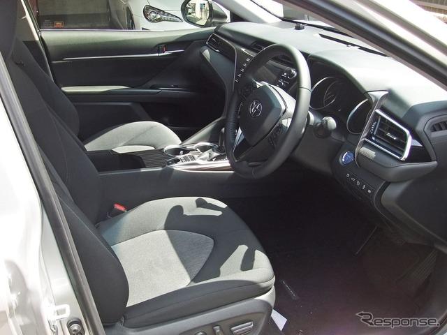 トヨタ カムリの前席。仕立ては至って簡素だが、サイズ、クッション圧とも実にしっかりしていた。