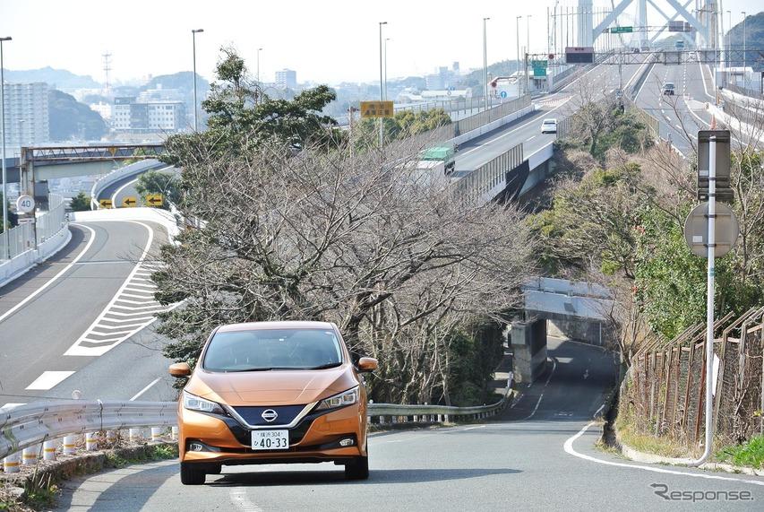 日産リーフ。福岡・めかり公園近くにて関門橋をバックに記念撮影。