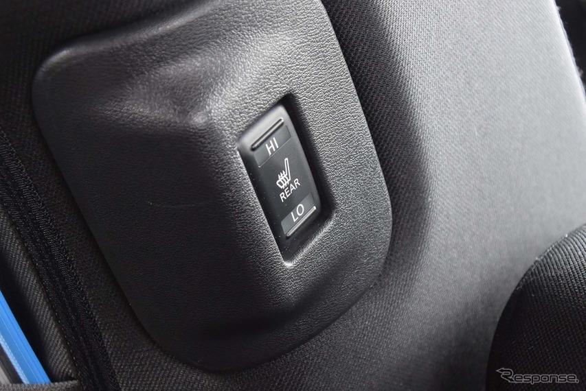 リアシートヒータースイッチ。エアコンの電力消費の抑制策として、電熱装備は大変充実していた。