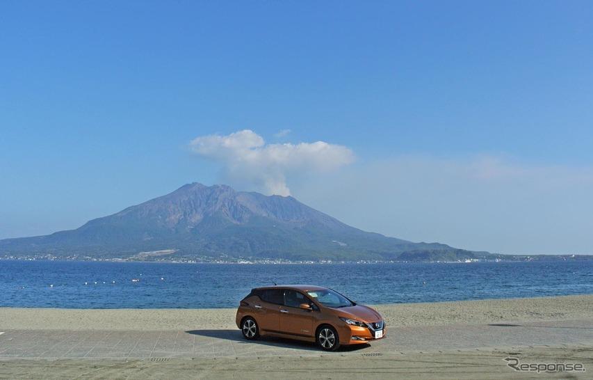 日産リーフ。桜島をバックに記念撮影。