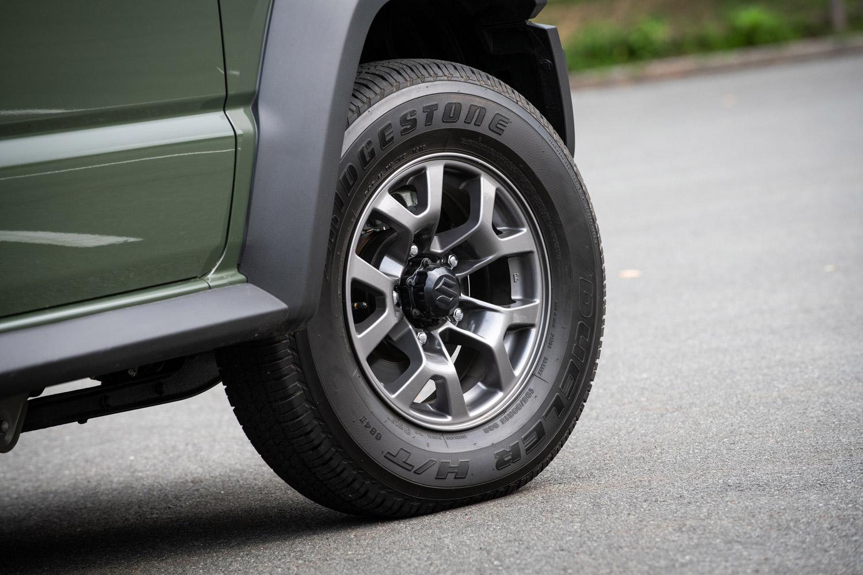 「ジムニーシエラ」のタイヤサイズは、「ジムニー」のそれより肉厚・幅広な195/80R15。車幅は1645mmと、ジムニーより170mm、先代のジムニーシエラより45mm拡大している。