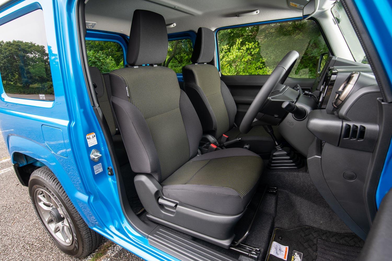 「ジムニー」のベースグレード「XG」を除くと、シートはすべてはっ水機能付きで、運転席と助手席にはシートヒーターが搭載される。