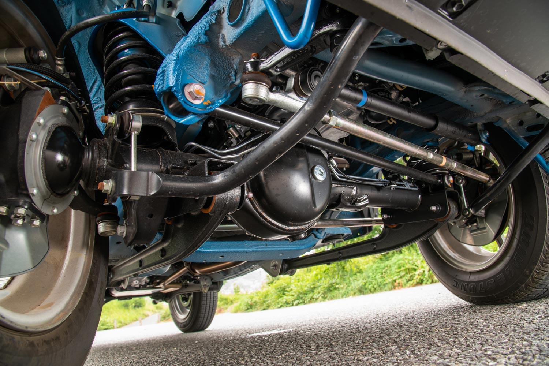 新型「ジムニー/ジムニーシエラ」のサスペンション形式は、従来モデルと同じく3リンクリジッドアクスル式。操舵機構はリサーキュレーティングボール式で、新たにタイヤから伝わる振動や衝撃を吸収するステアリングダンパーが採用された。